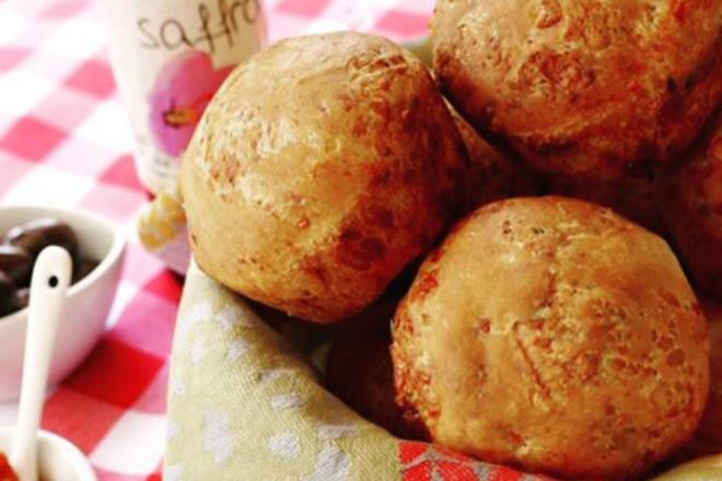 Αφράτα ψωμάκια με κασέρι και σχοινόπρασο