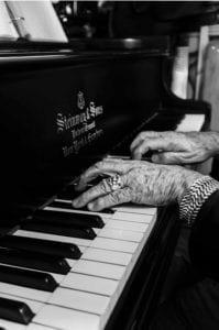 Φωτογραφία του Jean Michel Jarre με τα χέρια του τραγουδιστή Christophe στο πιάνο
