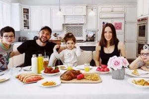Η Καλομοίρα με την οικογένειά της στο πασχαλινό τραπέζι