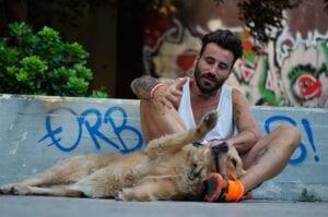 Ο Γιώργος Μαυρίδης με τη σκυλίτσα του Μόλι