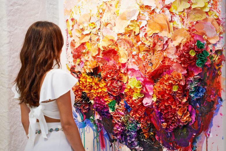 Το κορίτσι εκστασιάζεται μπροστά στο« Spring Blossom» του Zhuang Hong Yi, έργο από την έκθεση «XXI» της HOFA Gallery & ARTCELS στη Μύκονο (Στάθης Μπουζούκας / Γκαλερί HOFA)