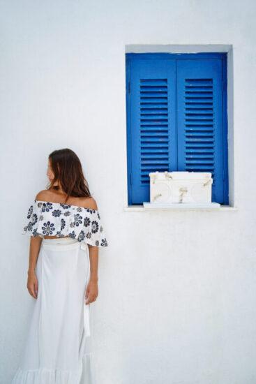 Το κορίτσι στέκει δίπλα στο Future Relic 08: Boombox Stereo του Daniel Arsham, έργο από την έκθεση «XXI» της HOFA Gallery & ARTCELS στη Μύκονο (Στάθης Μπουζούκας / Γκαλερί HOFA)