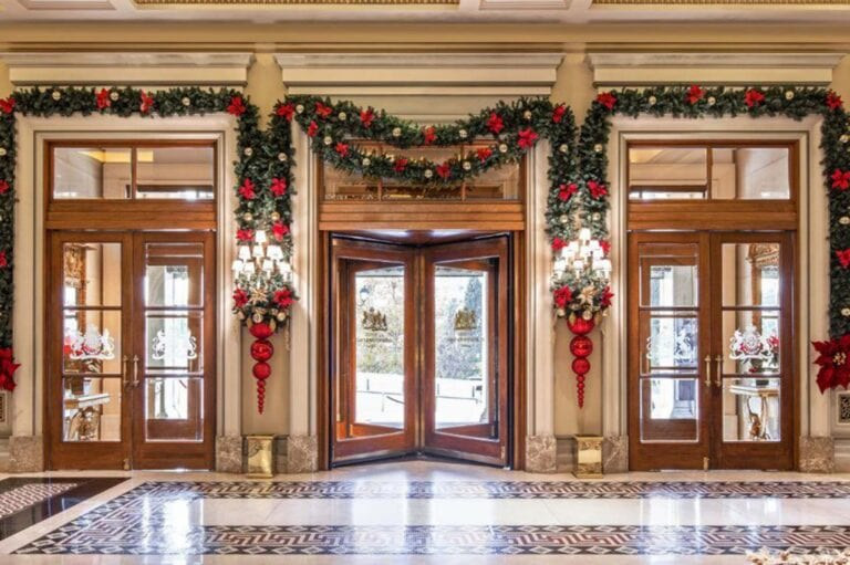 Ξενοδοχείο Μεγάλη Βρετανία με χριστουγεννιάτικο στολισμό