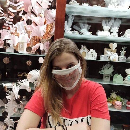 Η Ιωάννα Καραβερβέρη με την ειδικά σχεδιασμένη μάσκα για κωφούς και βαρύκοους