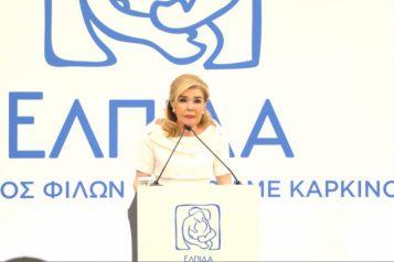 Η Μαριάννα Β. Βαρδινογιάννη προσφέρει δέματα αγάπης στην Μητρόπολη Πειραιά (φωτ.Papadakis Press)