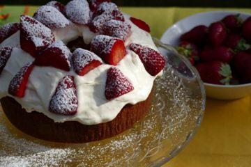 Κέικ βανίλια με σαντιγί και φράουλες